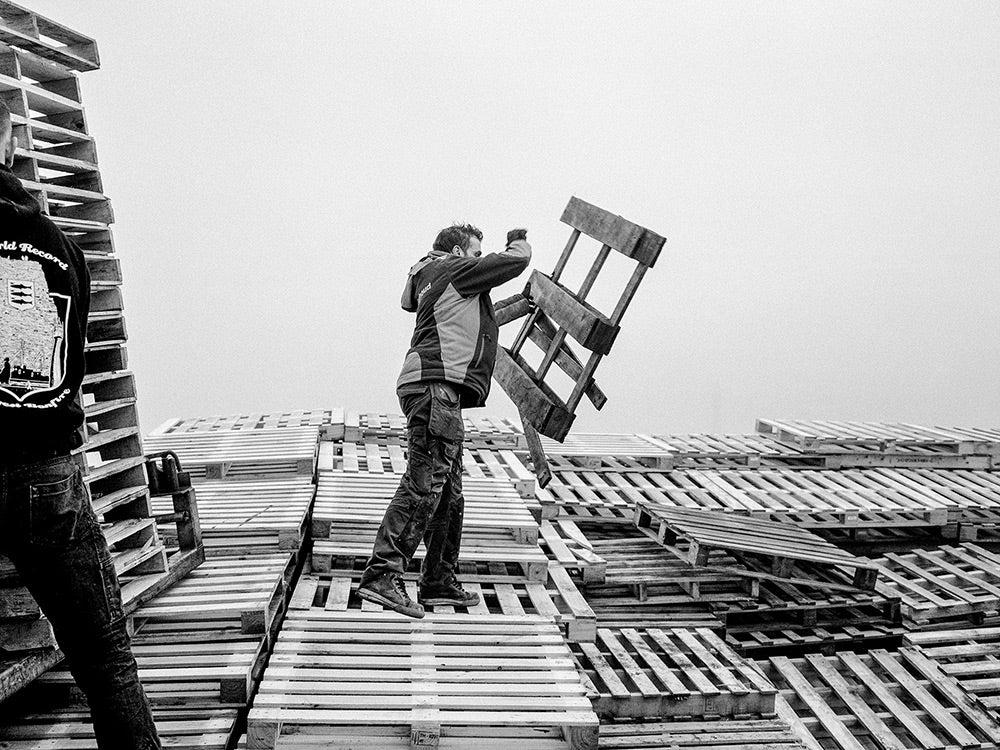 Tossing a pallet on top of Vreugdevuur Scheveningen