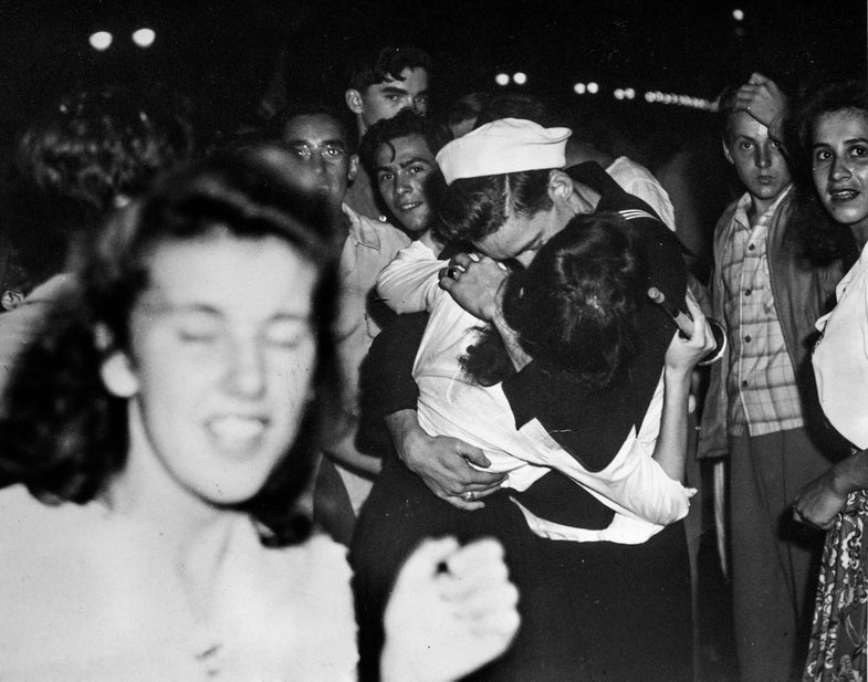 """Unpublished V-J Day Photos Echo Eisenstaedt's """"The Kiss"""""""